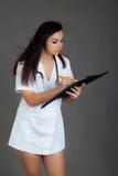 Doktorska kobieta na popielatej tło dziewczyny personelu serca medycynie Obrazy Royalty Free