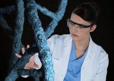 Doktorska kobieta oddziała wzajemnie z 3D DNA pasemkami Zdjęcie Royalty Free