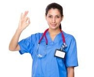 Doktorska kobieta pokazuje ok szyldowego gest zdjęcie stock