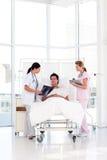 doktorska kobieta pokazywać x jej cierpliwy promień Zdjęcie Stock