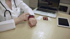 Doktorska kobieta Używa Mądrze zegarek W samolocie zbiory