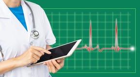 Doktorska macanie ekranu pastylka na zielonym wykresu tle zdjęcia stock