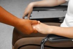 Doktorska mienie pacjenta ręka obraz stock