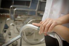Doktorska mienie pacjenta ręka zdjęcie stock