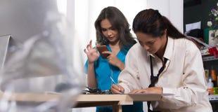 Doktorska pielęgniarka w białej błękitnej koszula z stetoskopu i gumy glo fotografia stock