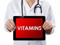 Doktorska pokazuje pastylka z witamina tekstem Obrazy Royalty Free