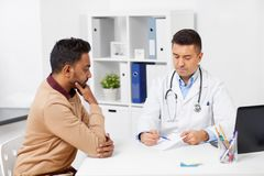 Doktorska pokazuje recepta pacjent przy kliniką obrazy stock