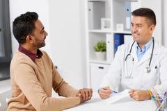 Doktorska pokazuje recepta pacjent przy kliniką obrazy royalty free