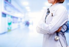 Doktorska pozycja i krzyżująca ręka z trzymać błękitnego stetoskop fotografia stock