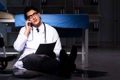 Doktorska pracująca nocna zmiana w szpitalu po długich godzin Fotografia Stock
