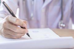 Doktorska ręka pisze recepcie na schowku obraz stock