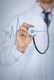 Doktorska ręka z stetoskopem słucha kierowego rytm Obrazy Royalty Free