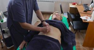 Doktorska robi akupunktura podbrzusze pacjent zdjęcie wideo