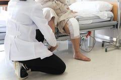 Doktorska robi Fizyczna terapia dla pacjenta z urazem kolana Zdjęcia Stock