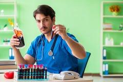 Doktorska robi krwionośna analiza w lab zdjęcie stock