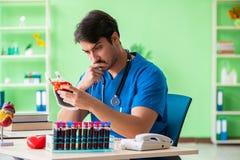 Doktorska robi krwionośna analiza w lab fotografia royalty free