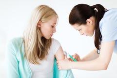 Doktorska robi szczepionka pacjent Zdjęcia Royalty Free