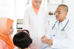 Doktorska sprawdza temperatura chory pacjent zdjęcia royalty free
