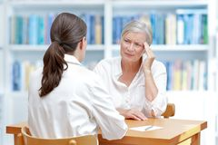 Doktorska starsza cierpliwa migreny migrena zdjęcie stock