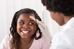 Doktorska Stosuje zespół pomoc dziewczyny głowa obrazy royalty free