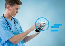 Doktorska używa cyfrowa pastylka z cyfrowo wytwarzać ikonami zdjęcia royalty free