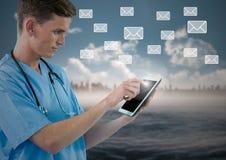 Doktorska używa cyfrowa pastylka z cyfrowo wytwarzać wiadomości ikonami obrazy stock