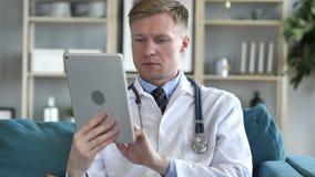 Doktorska U?ywa pastylka dla interneta Wyszukiwa? zdjęcie wideo