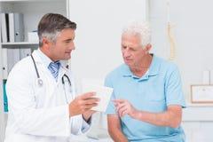 Doktorska wyjaśnia recepta starszy pacjent obraz royalty free