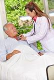 Doktorski auscultating pacjent Zdjęcia Royalty Free