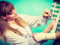 Doktorski bandażuje zwichnięty nadgarstek obrazy stock