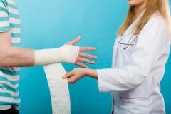 Doktorski bandażuje zwichnięty nadgarstek fotografia royalty free
