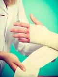 Doktorski bandażuje zwichnięty nadgarstek fotografia stock