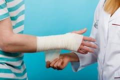 Doktorski bandażuje zwichnięty nadgarstek Zdjęcia Royalty Free
