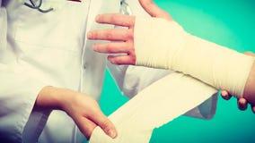 Doktorski bandażuje zwichnięty nadgarstek obraz stock