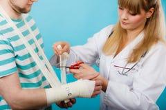 Doktorski bandażuje zwichnięty nadgarstek zdjęcie royalty free