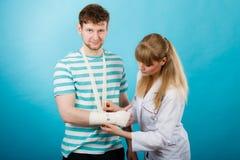 Doktorski bandażuje zwichnięty nadgarstek obrazy royalty free