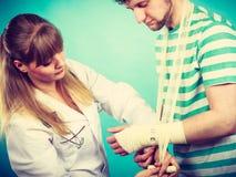Doktorski bandażuje zwichnięty nadgarstek obraz royalty free