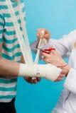 Doktorski bandażuje zwichnięty nadgarstek zdjęcia stock