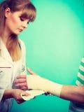 Doktorski bandażuje zwichnięty nadgarstek zdjęcie stock