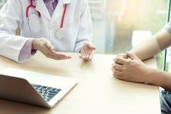 Doktorski bierze opiekę pacjent fotografia stock