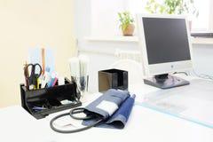 Doktorski biuro stół z biurowymi narzędziami Obraz Stock