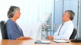 Doktorski brać bicie serca jego dojrzały pacjent zbiory