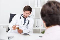 Doktorski considering pracuje w farmakologii Obraz Stock
