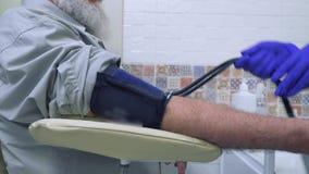 Doktorski czeka puls z tonometer zbiory wideo
