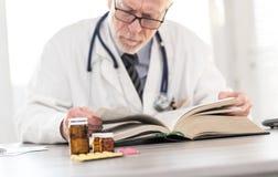 Doktorski czytanie podręcznik obrazy royalty free