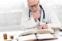 Doktorski czytanie podr?cznik obraz royalty free