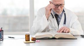 Doktorski czytanie podr?cznik obraz stock