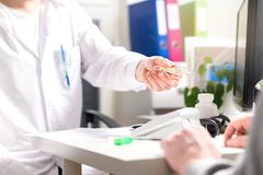 Doktorski daje termometr chory pacjent z febrą obraz royalty free