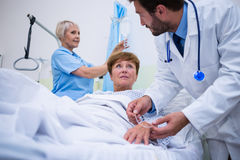 Doktorski dołącza iv kapinos na pacjenta s ręce obrazy stock