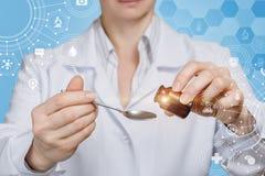 Doktorski dolewanie niektóre substancja w łyżkę lub medycyna obrazy stock